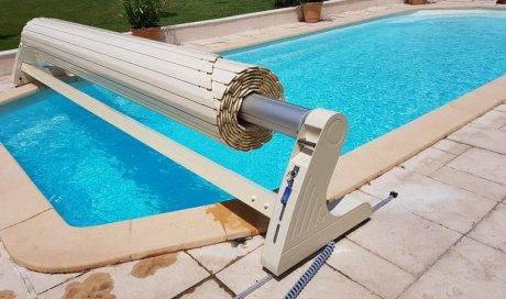 Volet roulant sur rails pour piscine de forme complexe de marque SOFATEC