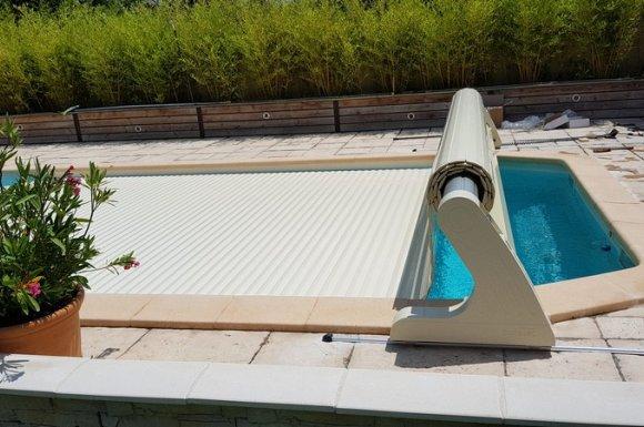 Volets roulants piscine sur rail Aix-en-Provence